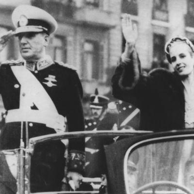 Juan ja Eva Peron tervehtivät yleisöä virkaanastujaisjuhlassa 1952