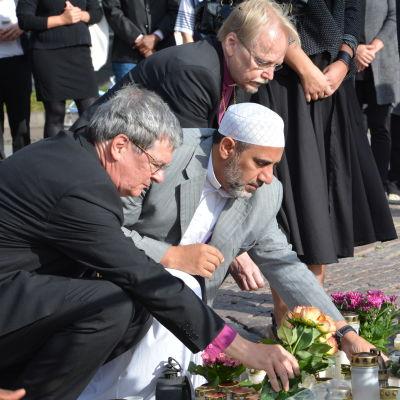 Representanter för olika trossamfund och myndigheter samlades på Salutorget på söndag.