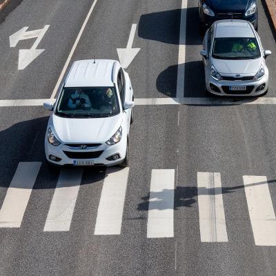 Henkilöauto ohittaa suojatein eteen pysähtyneen auton.