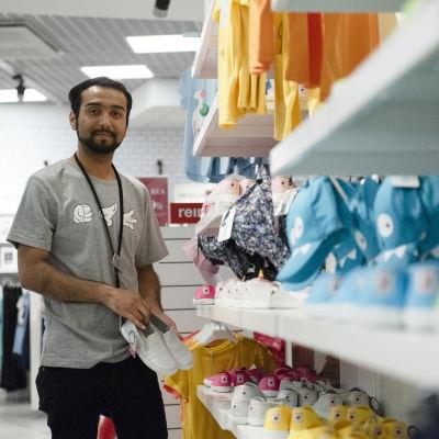 Ateq työskentelemässä lastenvaateosastolla.
