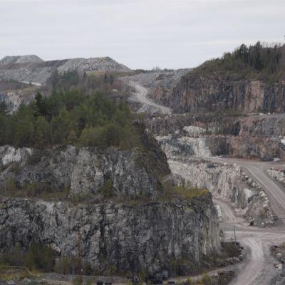 Tiet risteilevät kaivoksen pohjalla.