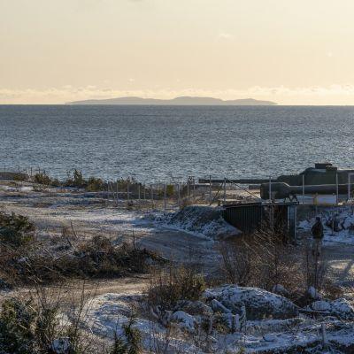 Rankin linnakesaaren eteläkärki, rannikkotykki 120TK, taustalla Suursaari.