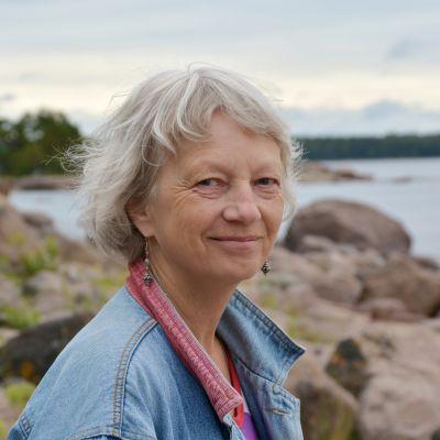 Nina Kihlman står på en strand.