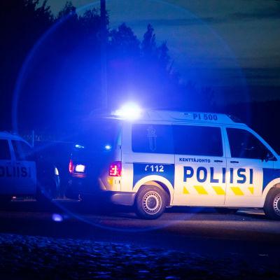 Polisens vägblockering, polisbilar med blinkarna på.
