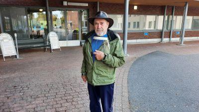Harry Blomqvist utanför Nickby social- och hälsostation.