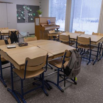 Tyhjä luokkahuone Luhangan koulussa.