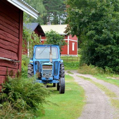 Traktor vid sandväg