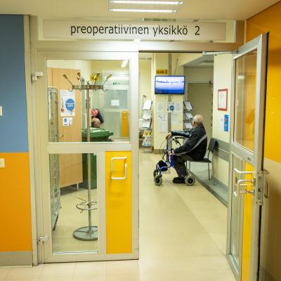 Preoperatiivisen yksikön sisäänkäynti Keski-Suomen keskussairaalassa.