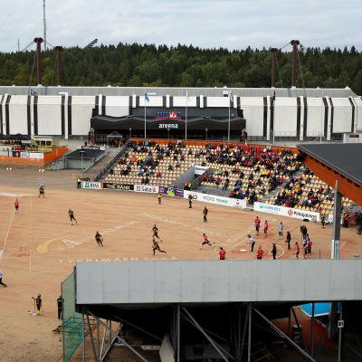 Pesäpallo-ottelu Kouvolan pesäpallostadionilla