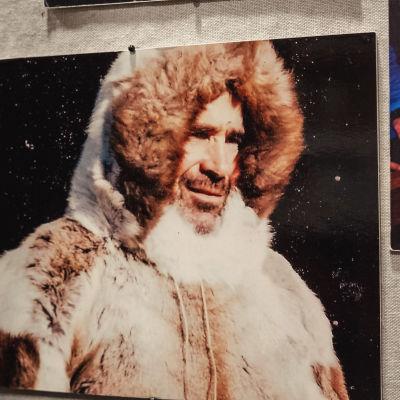 Valokuva miehestä pukeutuneena turkisanorakkiin.