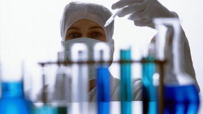 Forskare granskar provrör i laboratorium.