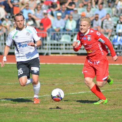 FC Hakas Christopher James och FF Jaros Thomas Kula i kamp om bollen, maj 2016.