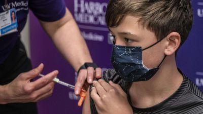 En ung pojke på Pfizers coronavaccin.
