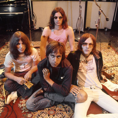 The Stooges vuonna 1970: Dave Alexander (vas.), Iggy Pop (edessä), Scott Asheton. Ron Asheton. Arkistokuva dokumenttielokuvasta Gimme Danger.