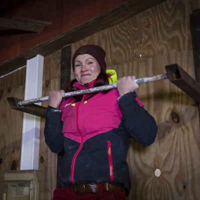 Anne-Elina Kinnunen vetää leukoja.