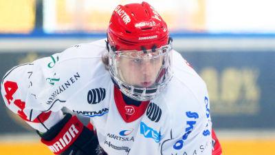 Olli Vanttaja spelar ishockey.