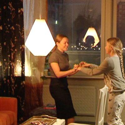 näyttelijät tanssivat olohuoneessa