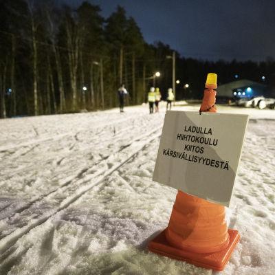 Hiihtokoulusta varoittava kyltti Lappeenrannan Huhtieniemen ladun varrella.
