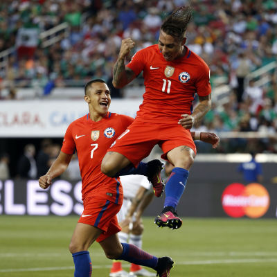 Alexis Sanchez och Eduardo Vargas firar i Copa America-kvartsfinalen mot Mexiko.