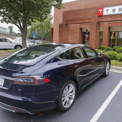 Bilförsäljare i USA är sura över att Tesla säljer bilarna direkt till konsumenterna
