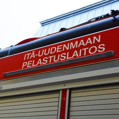 På bilden synns övre delen av en brandbil och texten Itä-uudenmaan pelastuslaitos.