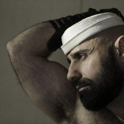 Baher mietteliäänä valkoinen merimieshattu päässään
