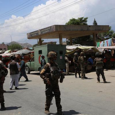Säkerhetsstyrkor står utanför platsen för brutala attacken i Dasht-e-Barchi den 12 maj 2020.