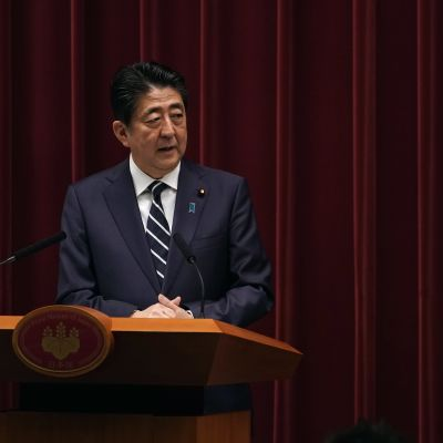 Premiärminister Shinzo Abe presenterade namnet för den nya kejserliga eran Reiwa i en emotsedd presskonferens i Tokyo