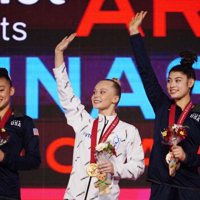Angelina Melnikova kultamitali kaulassaan voimistelun MM-kisoissa