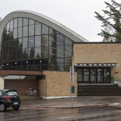 Kouvolan Urheilupuiston uimahallin sisäänkäynti ulkoa
