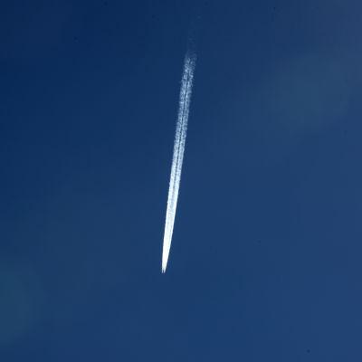 Lentokoneen aiheuttama tiivistymisjuova taivaalla.
