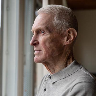 Lappeenrantalainen everstiluutnantti evp. Pekka Laakso katsoo ulos ikkunasta kotonaan.