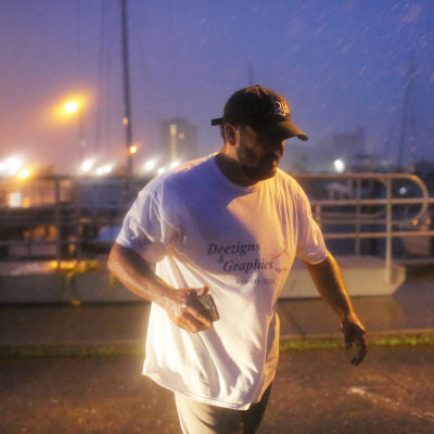 En man i regnet i Florida en stund innan orkanen Michael når land.