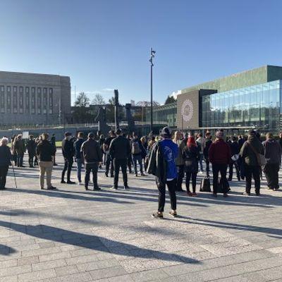 Ihmisiä ravintola-alan ammattilaisten järjestämässä mielenilmauksen Kansalaistorilla Helsingissä.