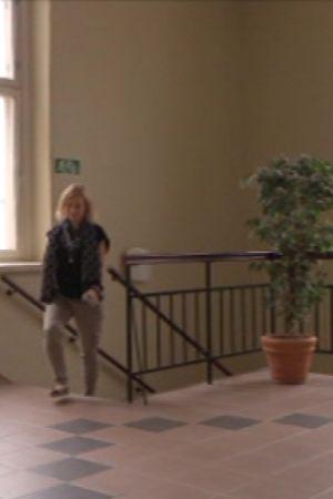 Nina Eskola valitsee hissin sijaan portaat työpaikallaan, koska LähiTapiolan älyhenkivakuutukseen kuuluva aktiivuusranneke muistuttaa liikunnan määrästä.