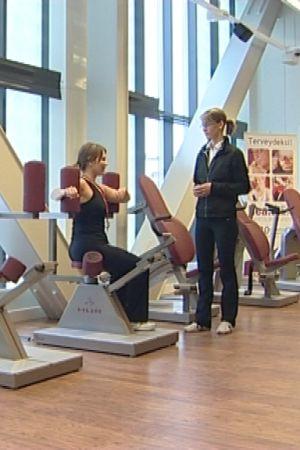 Hälsomotion på specialdesignat gym.
