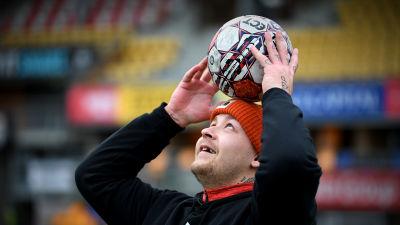 Pele Koljonen trixar med en boll.