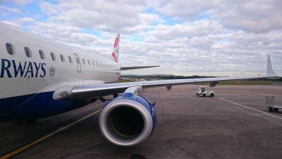 British Airwaysin kone odottaa lentokentällä.