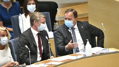 Per Bolund och Stefan Löfven i Sveriges riksdags plenisal.