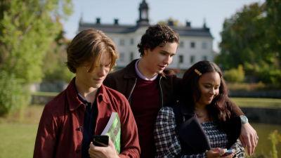 Skådespelarna Edvin Ryding, Malte Gårdinger och Nikita Uggla i en scen ur Young Royals.