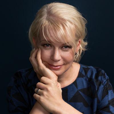 kirjailija Elina Hirvonen