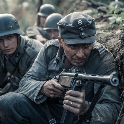 Okänd soldat, Tuntematon sotilas - Kariluoto & Rokka (skådespelarna Johannes Holopainen & Eero Aho)