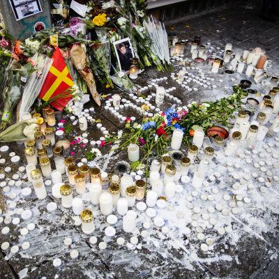 Ett hav av ljus och blommor på platsen där femtonåringen dog i lördags.