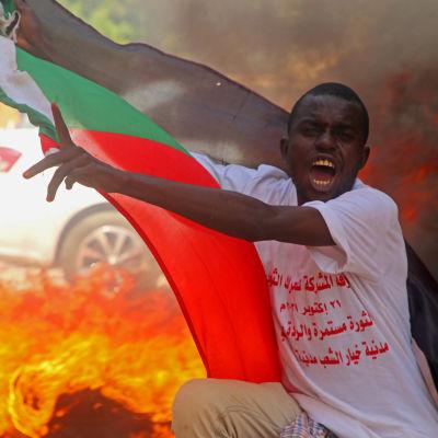 Demokratiaktivister uppmanade på måndag morgon folk att gå ut på gatorna för att protestera mot en eventuell militärkupp. Den här bilden togs i torsdags under en demonstration i huvudstaden Khartoum till stöd för den civila regeringen.