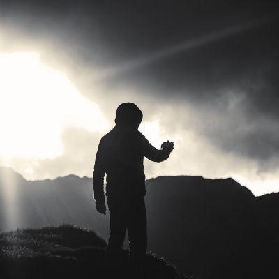 Person står i öppet landskap.