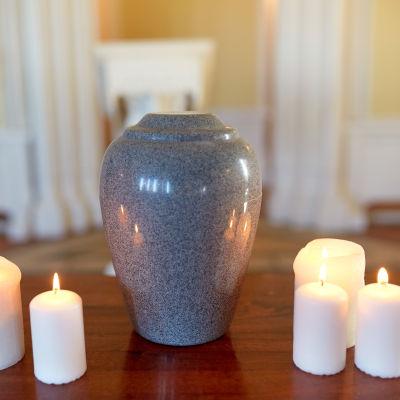 En urna med ljus omkring.