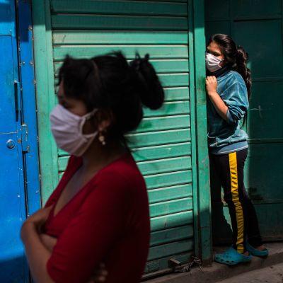 Kvinnor i den fattiga stadsdelen Cantagallo, i huvudstaden Lima, fotograferade i mitten av maj. Cantagallo drabbades svårt av coronaviruset och isolerades helt från den övriga staden.