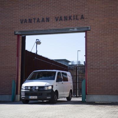 Auto ajaa Vantaan vankilan porteista