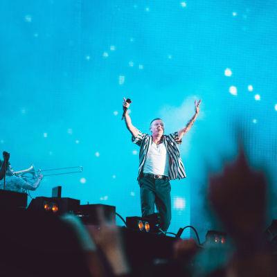Macklemore Weekend Festivalin lavalla kädet pystyssä.