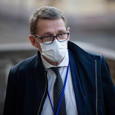 Matti Vanhanen på Ständerhusets trappa, med munskydd.